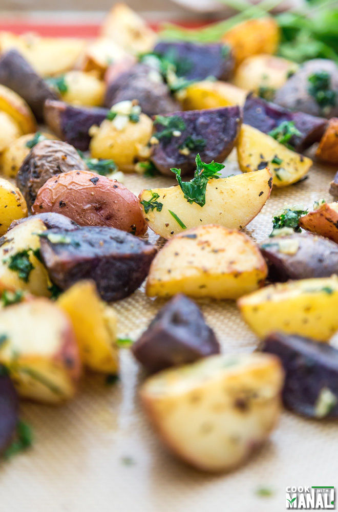 Flavorful, aromatic Herb Garlic Roasted Potatoes make a wonderful ...