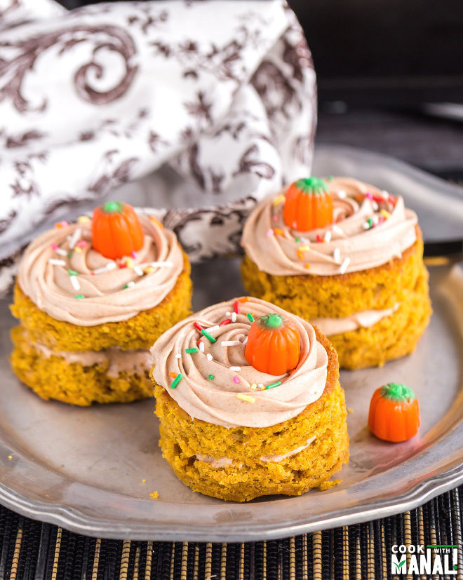 Mini Pumpkin Cakes with Cinnamon Maple Frosting