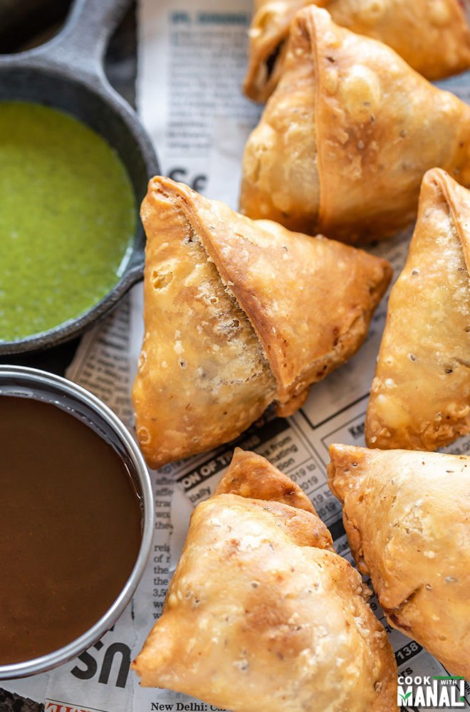 samosas served along with 2 bowls of chutney