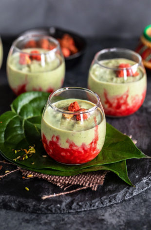 paan kheer served in small glass bowls kept over paan leaves